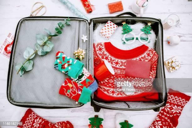 open suitcase with xmas stuff.xmas holidays - travel stock-fotos und bilder