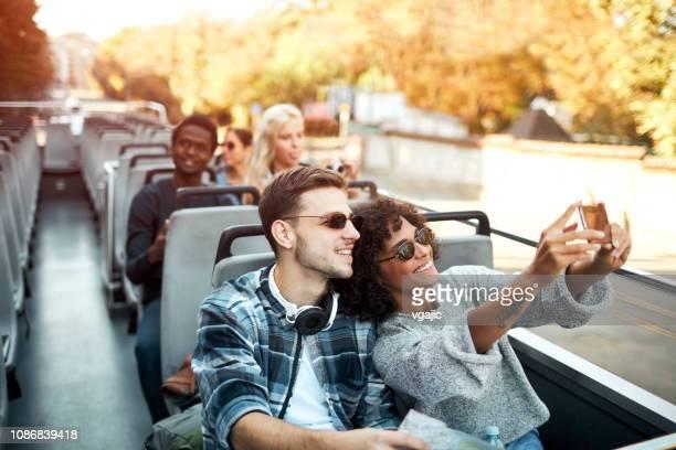 open top bus tour in de stad - toerisme stockfoto's en -beelden