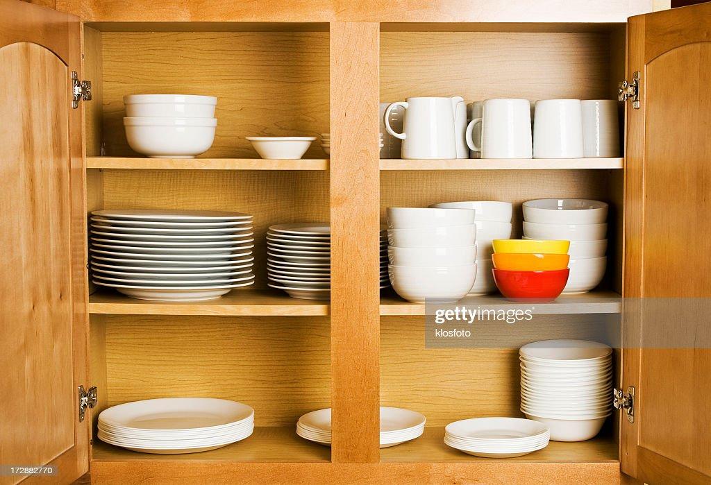 Pratos no armário : Foto de stock