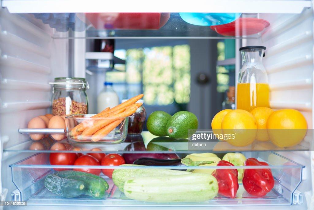 Geöffneten Kühlschrank von innen. : Stock-Foto