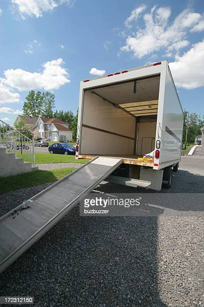 Camion ouvert en mouvement avec rampe