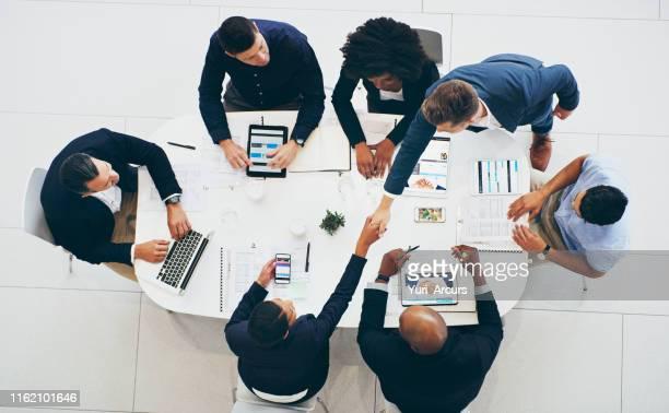 成功したビジネス取引でより多くの扉を開く - 合併 ストックフォトと画像