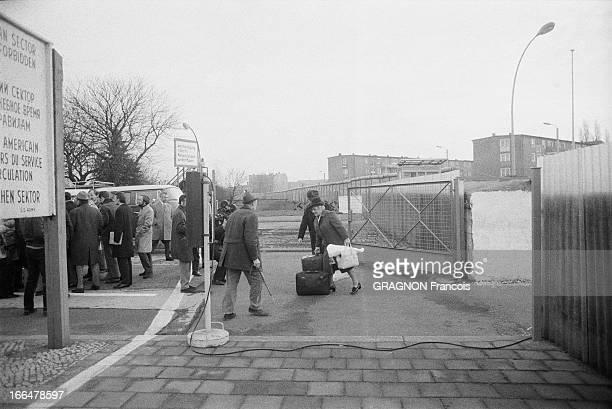 Opening Of The Berlin Wall For Easter Le mur de Berlin est ouvert à l'occasion des fêtes de Pâques Avril 1972