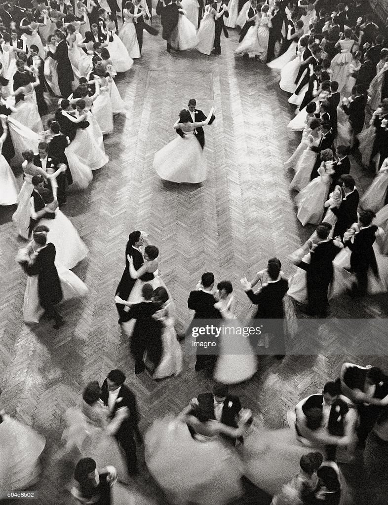 Opening waltz at 'Philharmonikerball', ball of the Vienna Philharmonic Orchestra. Photography. 1959. (Photo by Imagno/Getty Images) [Eroeffnungswalzer auf dem Ball der Wiener Philharmoniker. Photographie. 1959.]