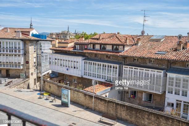 ビトリア・ガステイズの旧市街にあるオープンワークのバルコニー - アラバ県 ストックフォトと画像