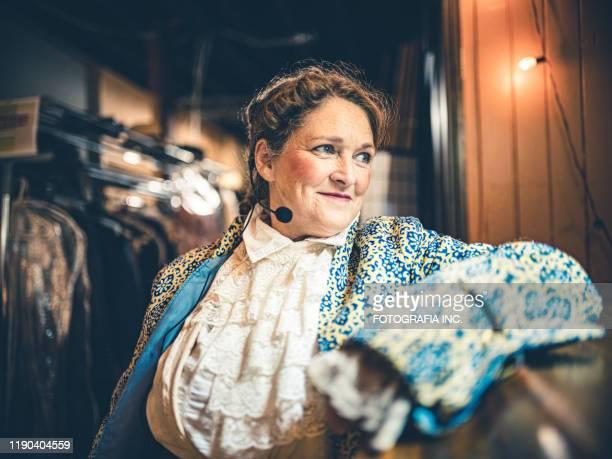 cantante lirico che si prepara nello spogliatoio - dietro le quinte palcoscenico foto e immagini stock