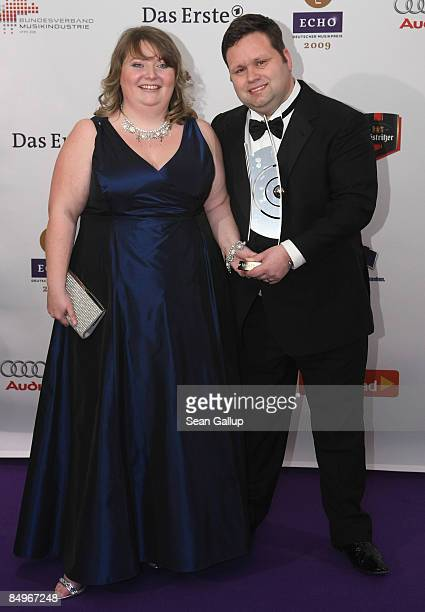 Opera singer Paul Potts holds his Echo Award with his wife JulieAnn in the pressroom at the 2009 Echo Music Awards on February 21 2009 in Berlin...