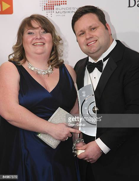 Opera singer Paul Potts holds his Echo Award with his wife Julie-Ann in the pressroom at the 2009 Echo Music Awards on February 21, 2009 in Berlin,...