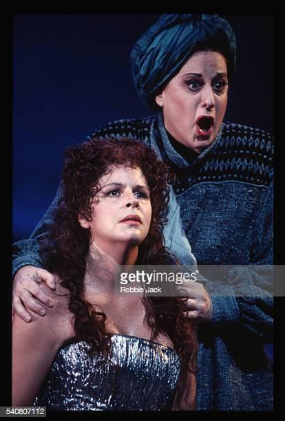 opera singers perform in arianna - robbie jack stockfoto's en -beelden