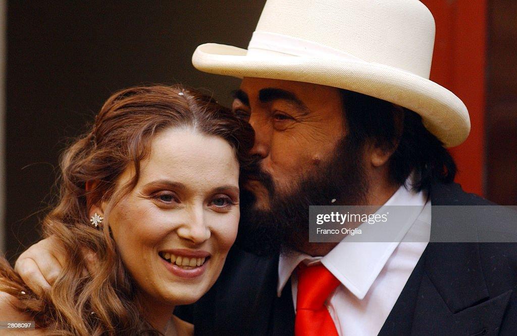Opera star luciano pavarotti kisses nicoletta mantovani as for Luciano pavarotti nicoletta mantovani