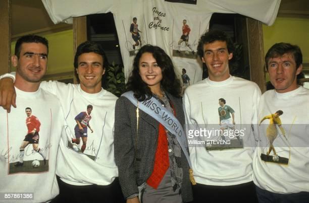 Operation Faitesnous confiance avec Miss Monde Julia Kurotchinka et les footballeurs Eric Cantona David Ginola Laurent Blanc et Luis Fernandez le 8...