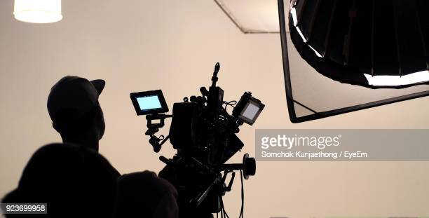 operator filming through camera - television camera stock pictures, royalty-free photos & images