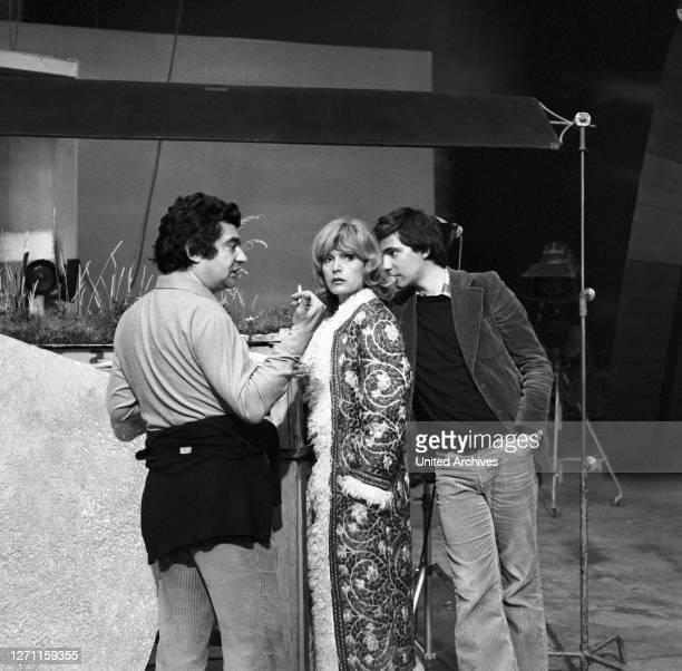 Opern-Regisseur JEAN-PIERRE PONELLE mit Ehefrau MARGIT SAAD und Sohn während der TV-Verfilmung zur Oper 'Carmina Burana' in München, Mitte der 1970er...