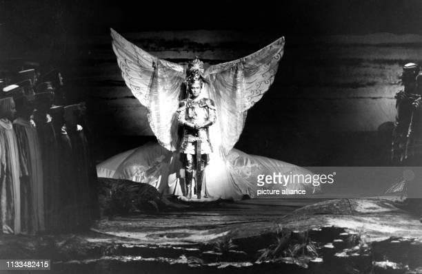 Opernsänger Rene Kollo als Lohengrin naht im ersten Akt der gleichnamigen Wagner-Oper in einem Schwan über die Schelde, um das Recht der...