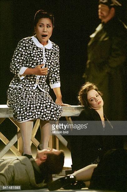 Opernsängerin Südkorea in der Oper La vera Storia von Luciano BerioInszenierung Henning BrockhausHamburgische StaatsoperPremiere