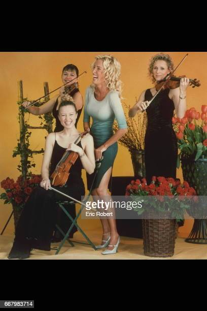 Ophélie Winter surrounded by violinplayers