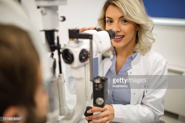 oftalmologo al lavoro - occhio umano foto e immagini stock