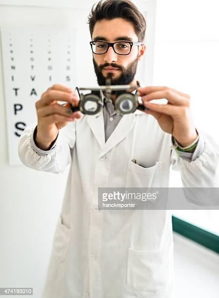 oftalmologo medico guardando un forottero occhiali - eye test chart foto e immagini stock