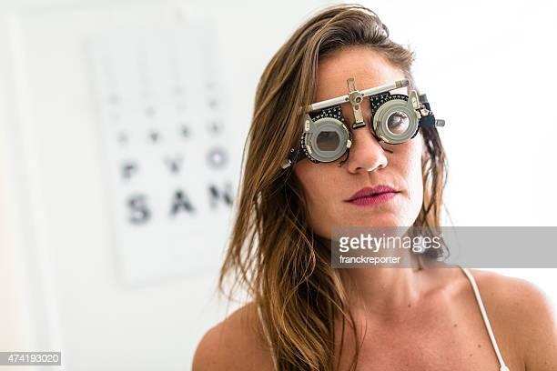 Oftalmólogo médico mirando un foróptero gafas