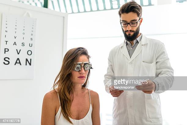 Oftalmólogo médico lectura el diagnóstico de la paciente