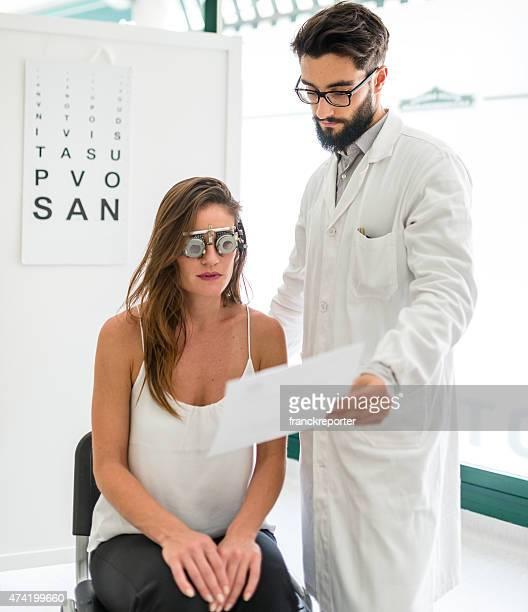 oftalmologo medico leggendo la diagnosi del paziente - eye test chart foto e immagini stock