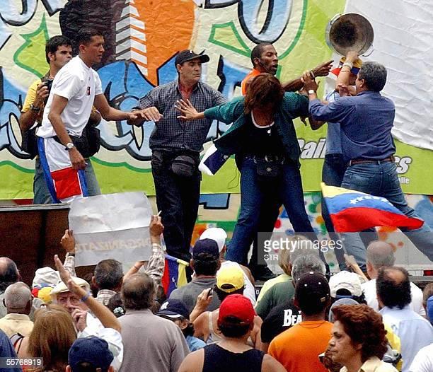 TEXTO Opositores al gobierno de Hugo Chavez se disputan entre ellos durante uno de los actos que realizaron en Caracas el 25 de setiembre de 2005 La...