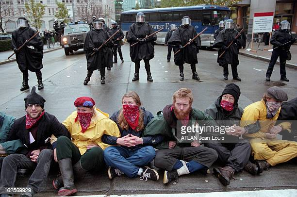 Opponents Demonstrations At The Wto Summit In Seattle Seattle décembre 1999 Face aux manifestations altermondialistes des opposants au sommet de...