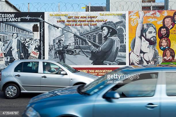 directions opposées à belfast - belfast murals photos et images de collection