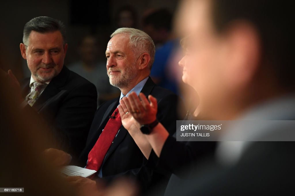 Opposition Labour Party leader Jeremy Corbyn (C) takes part in an election campaign event in Basildon, east of London on June 1, 2017. / AFP PHOTO / Justin TALLIS
