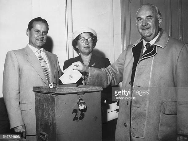 Oppositionsführer Wilhelm Käber bei der Stimmabgabe zur Landtagswahl 1958 in SchleswigHolstein Im Wahllokal in der Jugendherberge Bellevue steht...