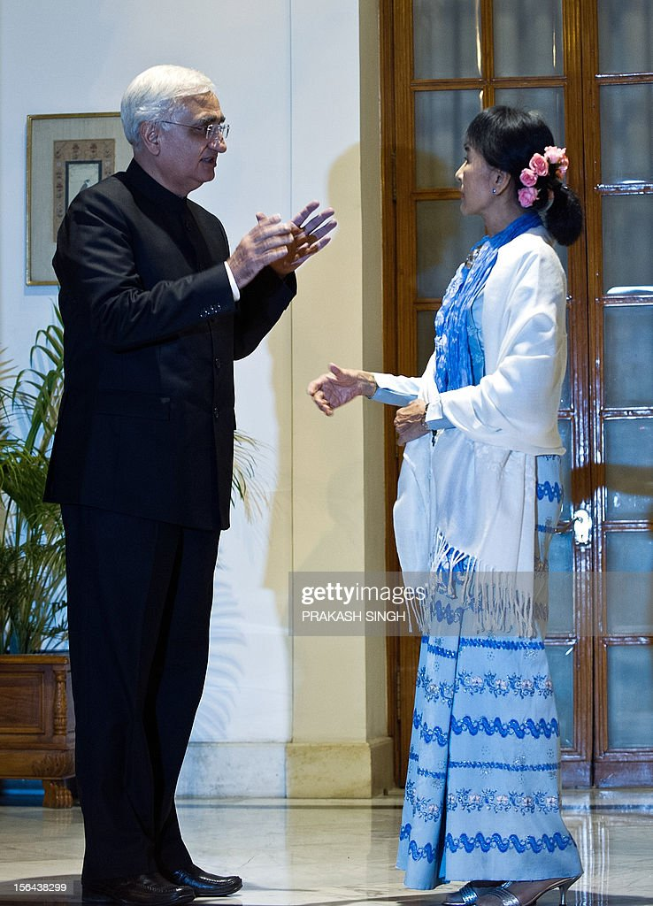 Oppostion leader and Chairperson of The National League for Democracy of Myanmar, Aung San Suu Kyi (R), talks with Indian Foreign Minister Salman Khurshid prior to a meeting in New Delhi on November 15, 2012. Suu Kyi is in India for a seven day visit. AFP PHOTO/ Prakash SINGH