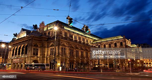 opéra de vienne - blue hour - vienna state opera stock pictures, royalty-free photos & images