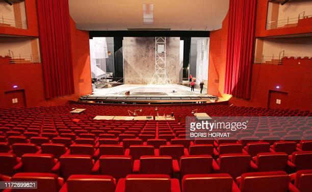 """Opéra et free jazz pour inaugurer le Grand Théâtre de Provence à Aix"""". Des techniciens travaillent le 19 juin 2007 sur la scène principale du Grand..."""