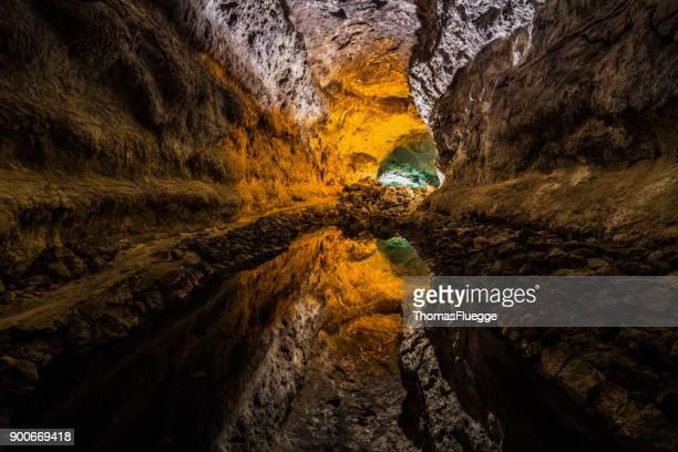 ilusión óptica en la cueva - lanzarote - geología fotografías e imágenes de stock