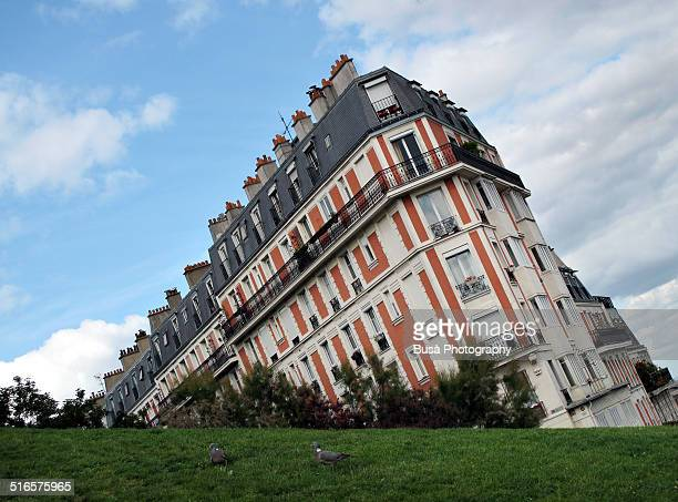 optical illusion: sinking building in paris - asymmetry stock pictures, royalty-free photos & images