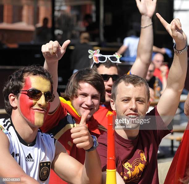 Optimistische spanische Fußballfans verfolgen das Vorrundenspiel SpanienSchweiz anlässlich der FußballWeltmeisterschaftmeisterschaft 2010 in der...