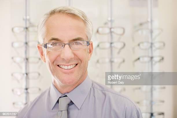 Opticien debout dans optometrists boutique