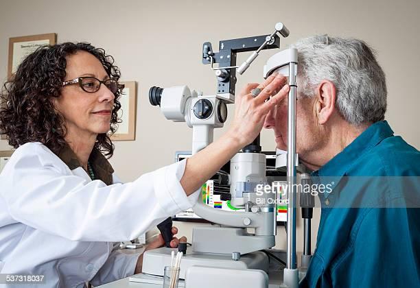 Optometrista con el paciente