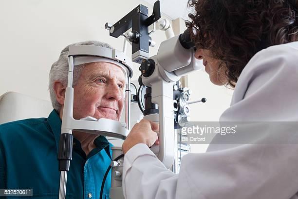 Optometrista con paciente senior