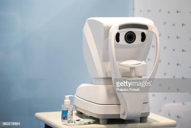 optometry eye test device machine - eye test chart foto e immagini stock