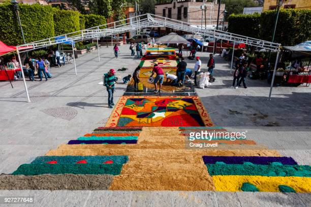 alfombras or religious temporary carpets is set up at the san antonio church during christmas - san miguel de allende, mexico - guanajuato fotografías e imágenes de stock