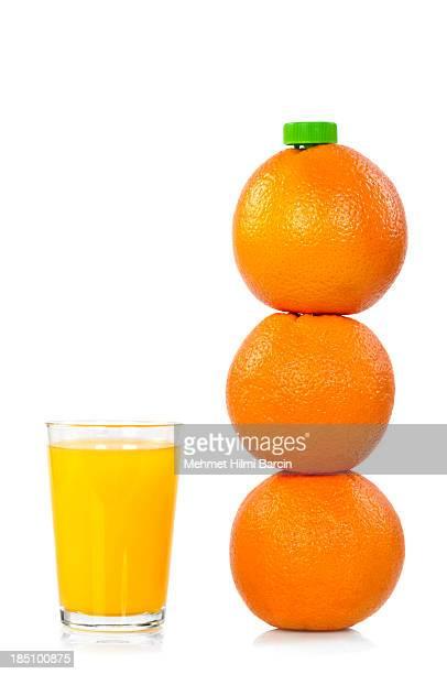 Orangefarbene Flasche mit Saft