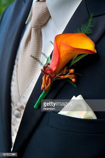 arancio calla corsage per lo sposo con smoking - pochette bavero foto e immagini stock
