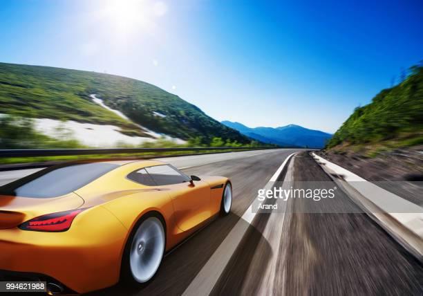 Orange Auto fahren auf einer Bergstraße