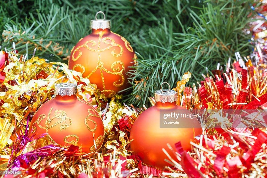 Albero di natale con palline arancioni