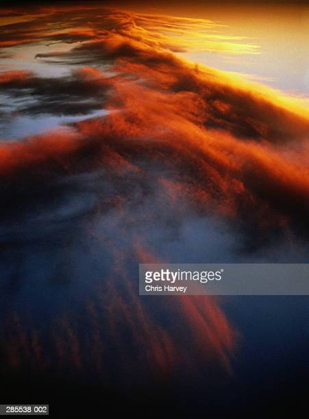 orange cloud formation at sunset - altocumulus stockfoto's en -beelden