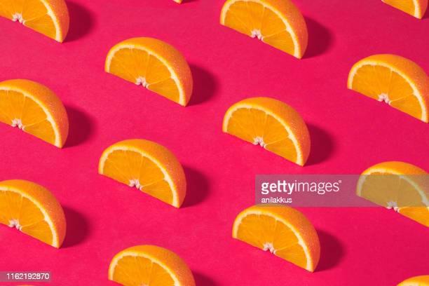 modèle de fruit orange sur le fond rose - part of a series photos et images de collection