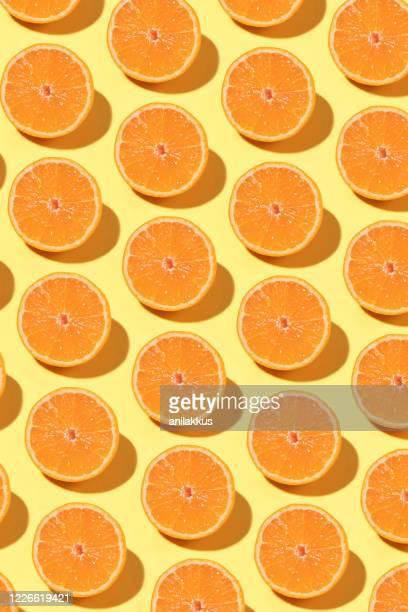 modèle de fruit d'orange sur le fond jaune - part of a series photos et images de collection