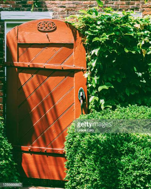 orange garden gate - バージニア州 アレクサンドリア ストックフォトと画像
