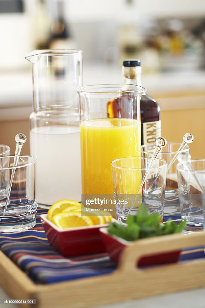 Orange juice and lemonade with glasses in tray : Stockfoto
